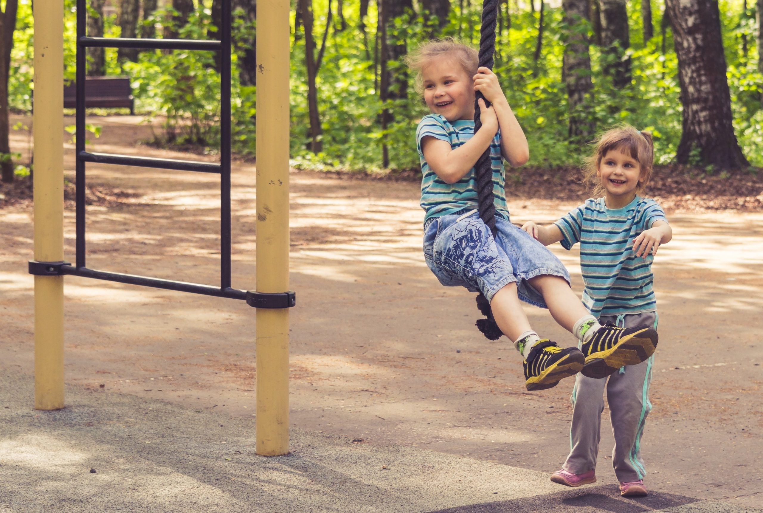 óvodai udvari játékok és két kislány