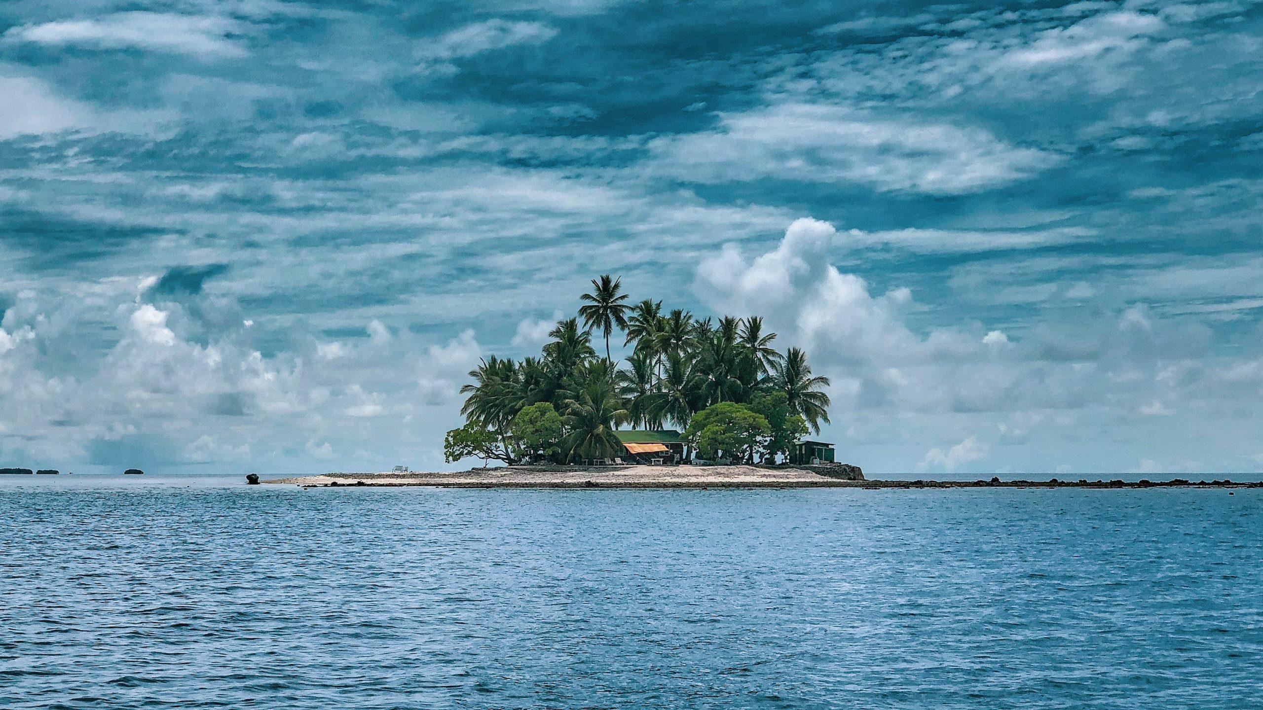 elszigetelt sziget óceán közepén